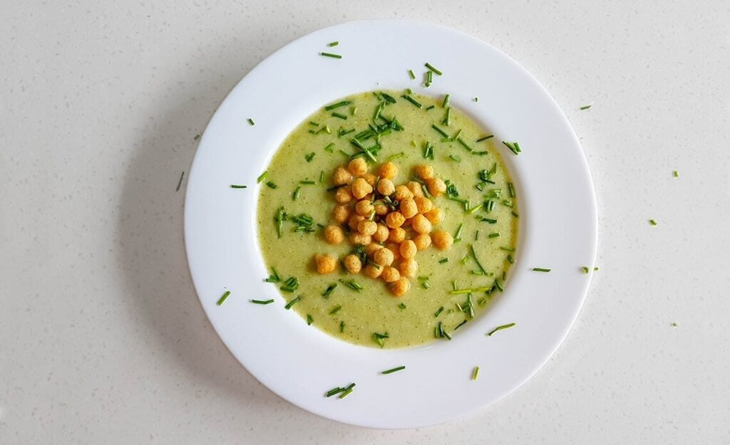 Veganska kremna juha s cvetačo brokolijem