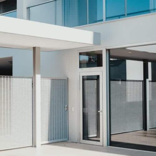 Aluminum Zaun und Fenster bei Modernem Bau