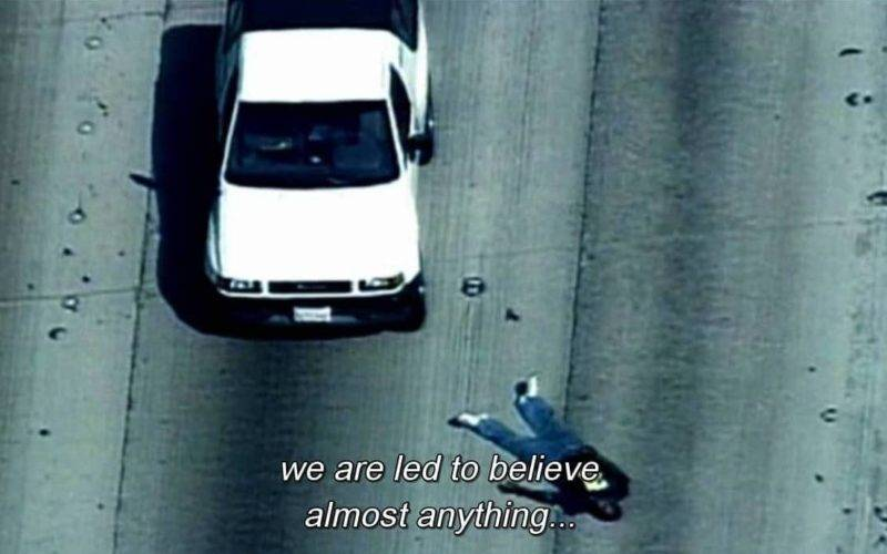Tela de TV mostra carro em autoestrada e corpo ao lado, com os dizeres