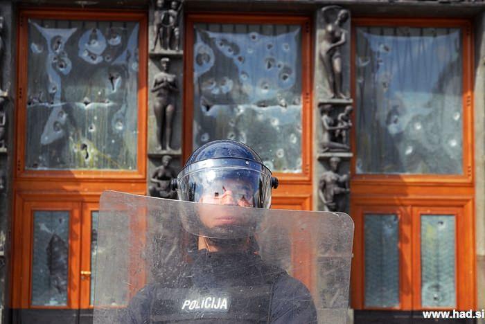 Policija pred parlamentom 04