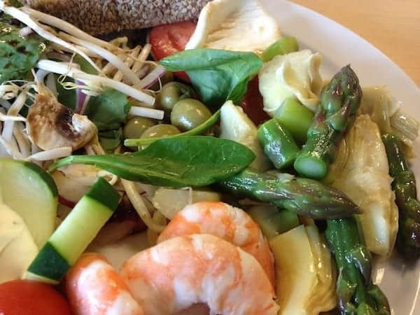 Asparagus and shrimp salad: easy and fast lunch recipe
