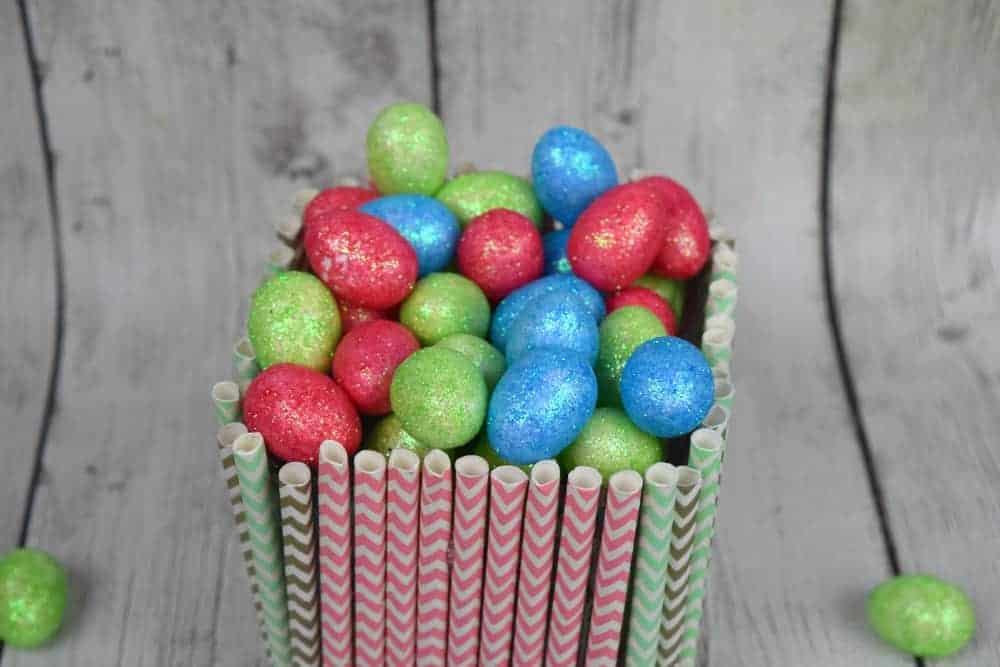 Looking for a fun, easy and inexpensive homemade Easter decor idea? Check out these cute DIY Straw Spring vase! It costs just a few dollars to make!