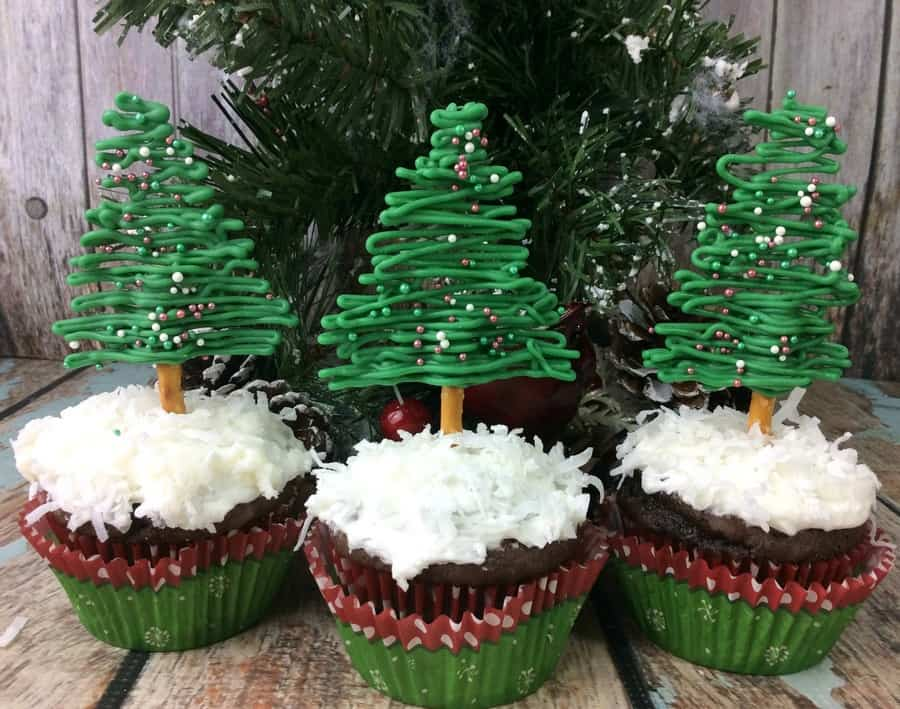Looking for the perfect festive party food for the holidays? Check out these easy and tasty Christmas tree shaped cupcakes! Grab the recipe!
