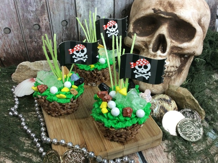 Throwing a Pirates of the Caribbean party? You need these adorable Pirate Party Krispy Treats! Grab the recipe!