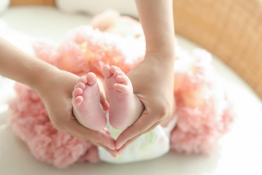 Did you know that there are loads of great benefits to infant massage? Check them out, then read on for how to get started!