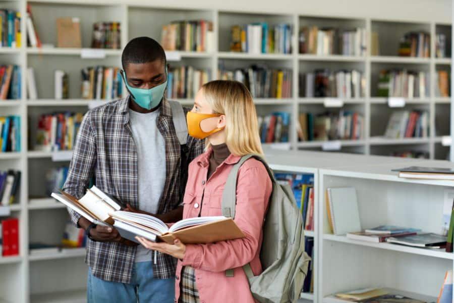 etudiants-masque-covid-bibliotheque