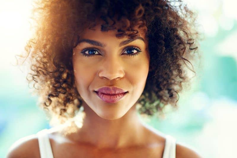 Une routine capillaire bien exécutée sur les cheveux frisés.