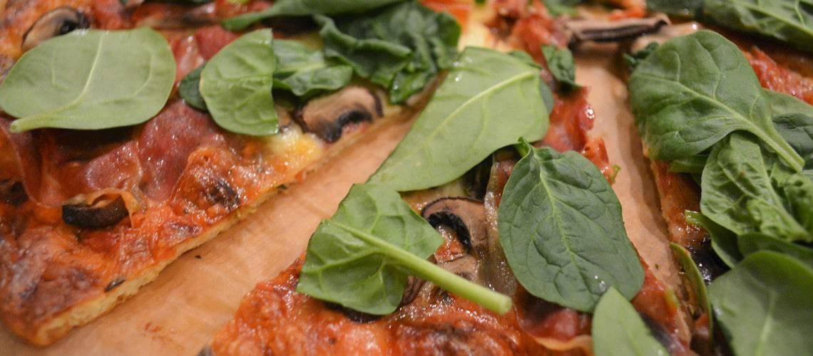 Pizza med lufttorkad skinka (pizzabotten utan nötmjöl)