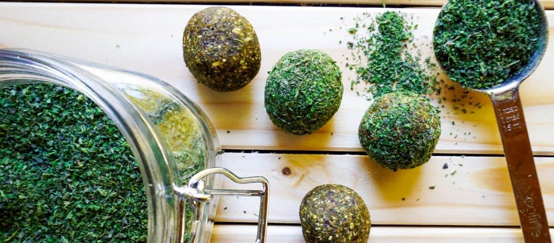 Gröna energibollar med nässelpulver