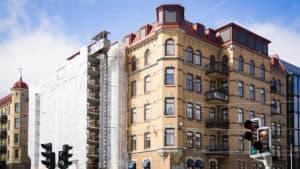 Fastighet på Avenyn med byggnadsställning på sidan