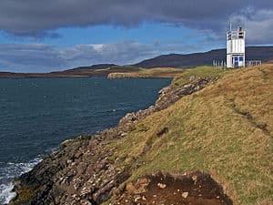 English: Western shore of Uiginish Point The s...