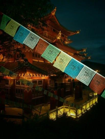 Yunnan Banderas tibetanas en Shangrila 375x500 - Trip to Yunnan: Guide to 8 essential places