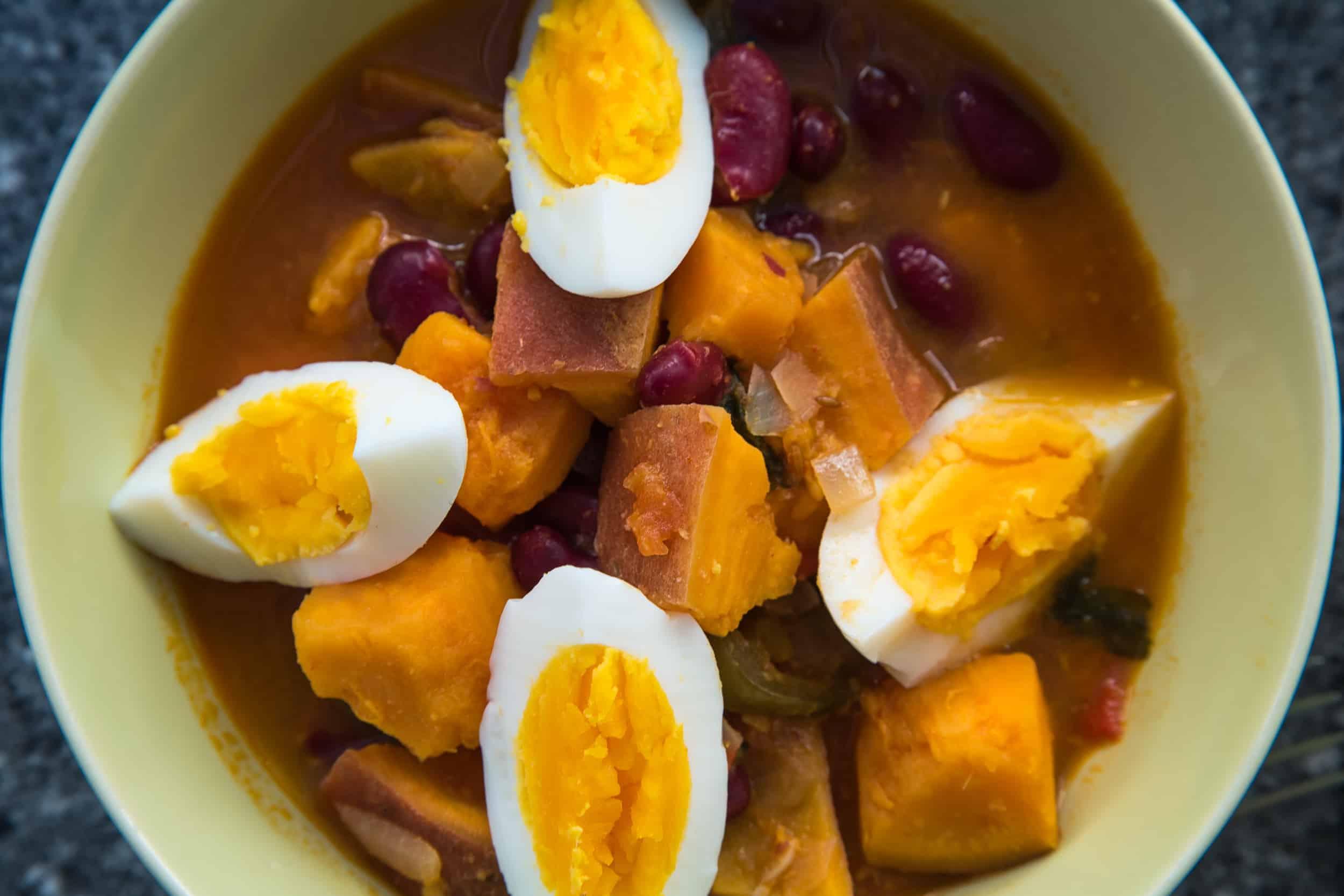 Ein Curry mit Süsskartoffel und Bohnen