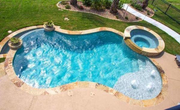 gunite vs fiberglass pools