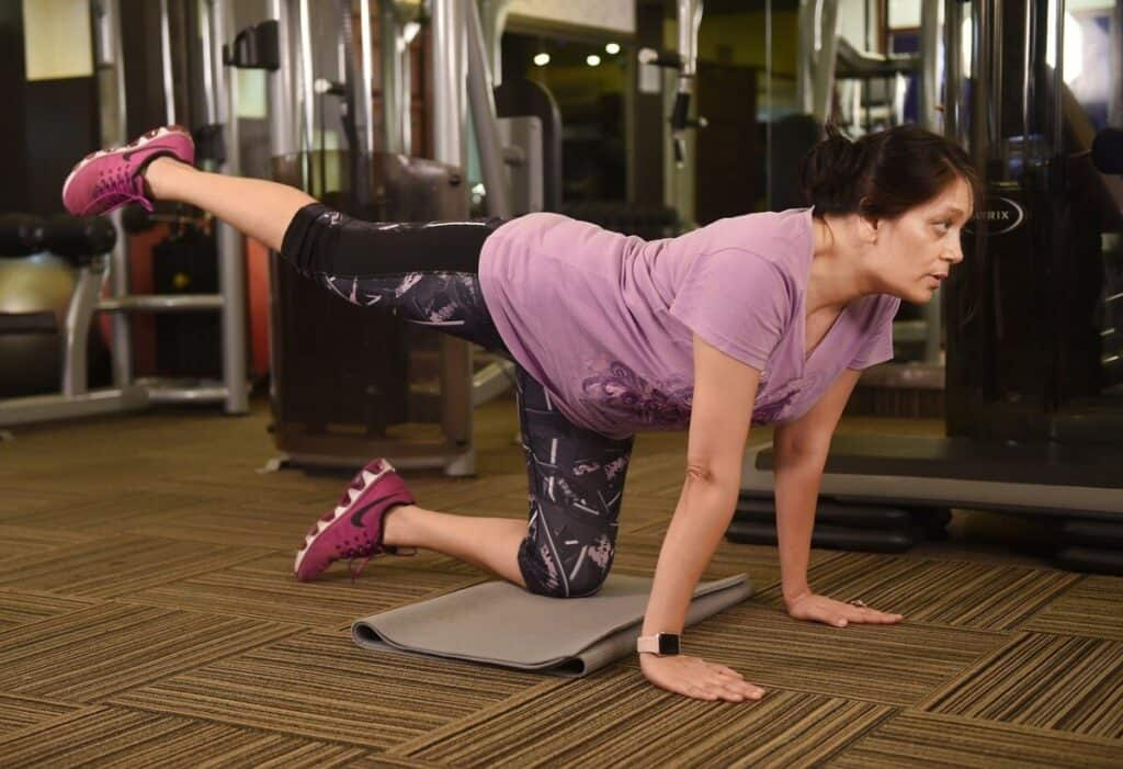 An older woman doing lunge squats proving losing weight isn't complicated