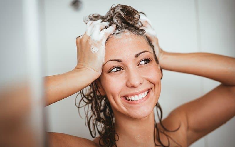 Le shampoing anti-pelliculaire : Quel est le meilleur pour vos cheveux et votre type de peau ?
