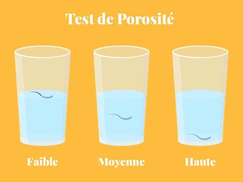 Test de porosité des cheveux avec un brain et un verre d'eau.