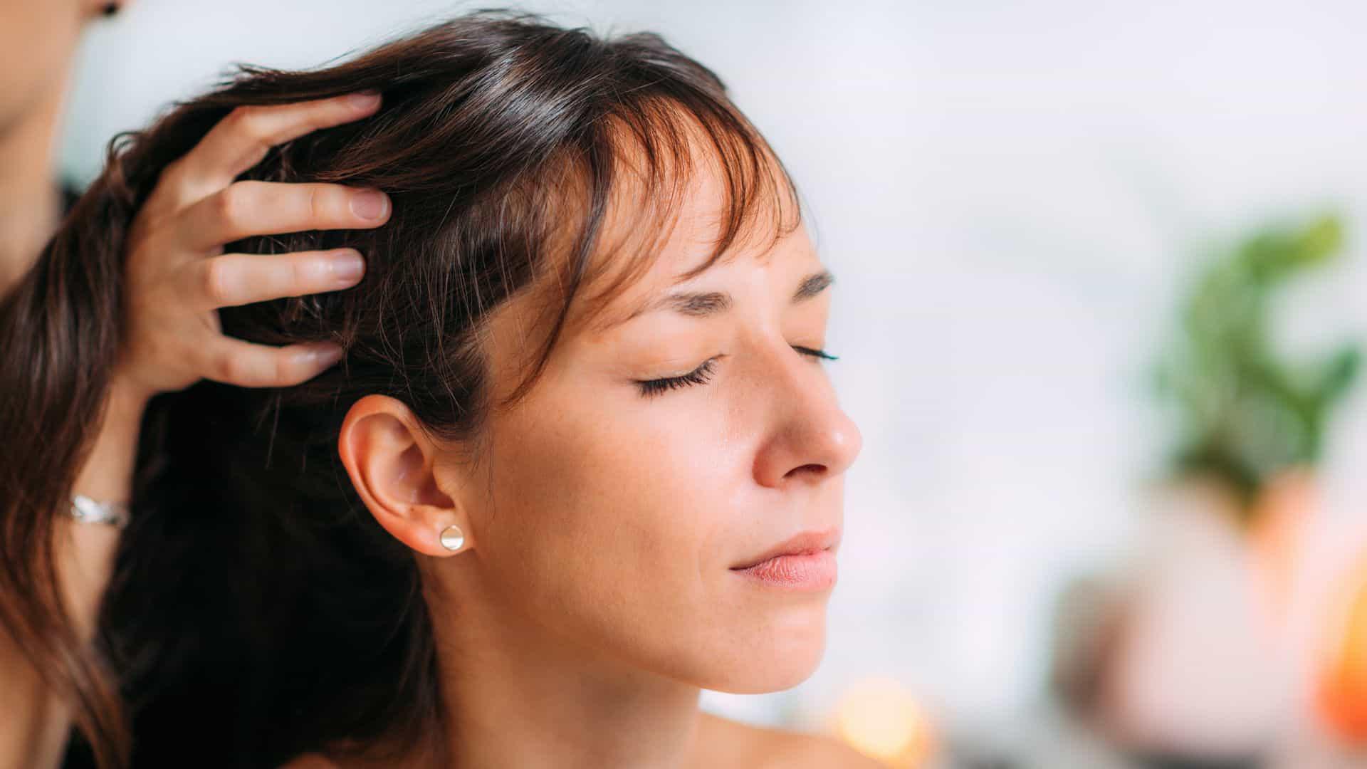 L'huile d'amande douce renforce et protège votre cheveux.