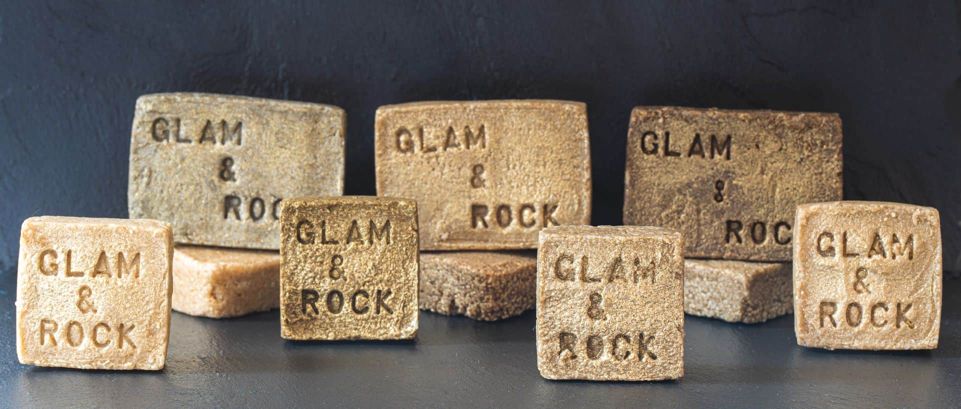 nous avons choisi les shampoings solides Glam Rock. Leur particularité est d'avoir pour principe actif les huiles essentielles. En plus d'être 100% naturels, ces soins lavants répondent aux besoins de chaque type de cheveux grâce aux vertus des HE.