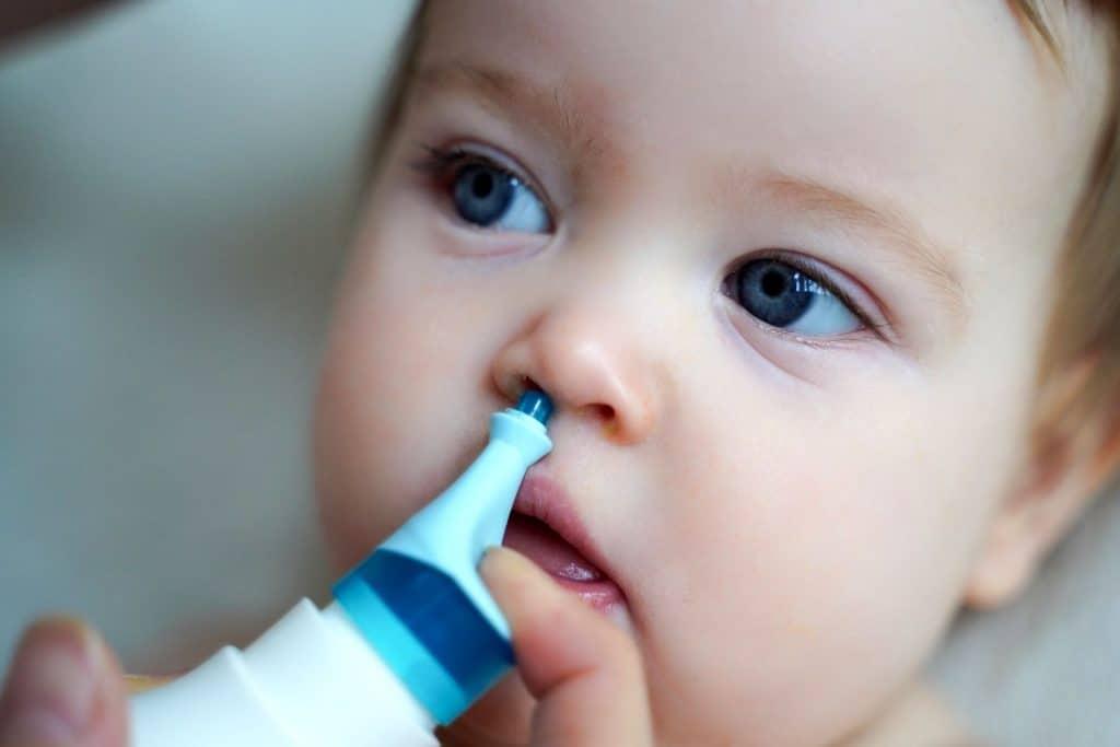3 façons de faire un lavage nasal à un enfant