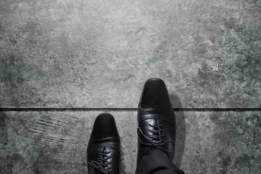 Schwarze Business Schuhe auf dem Weg raus aus der Komfortzone