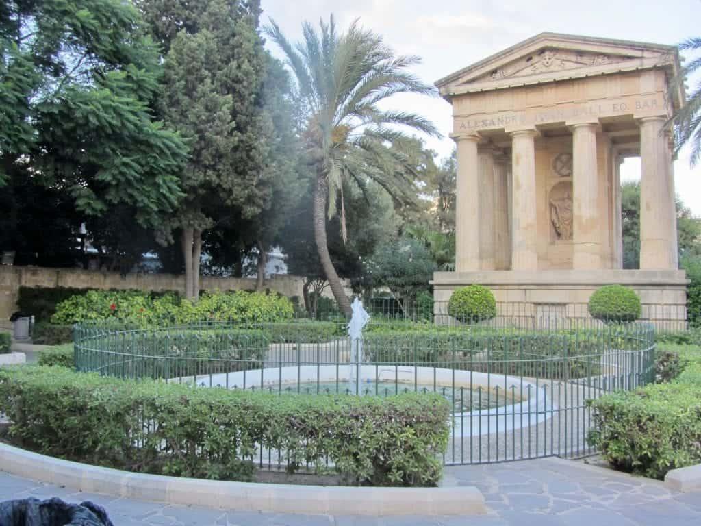 Il tempio dorico ai Lower Barrakka Gardens di Valletta