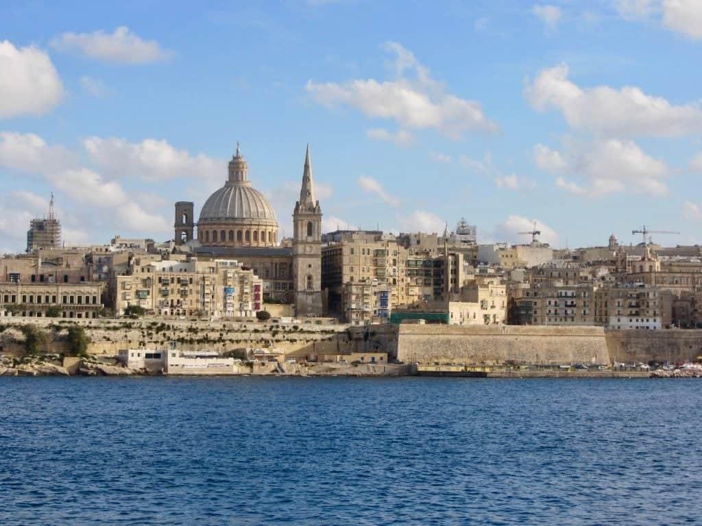 Valletta vista da Sliema con la cattedrale di St. Paul che svetta sulla città
