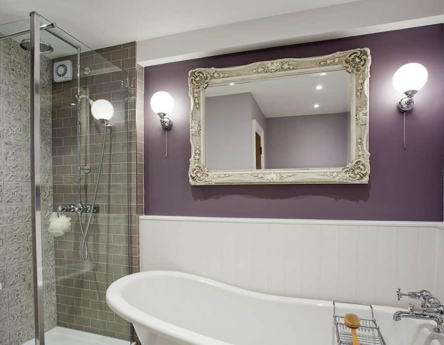 Image: Bathroom with corner shower and freestanding bath