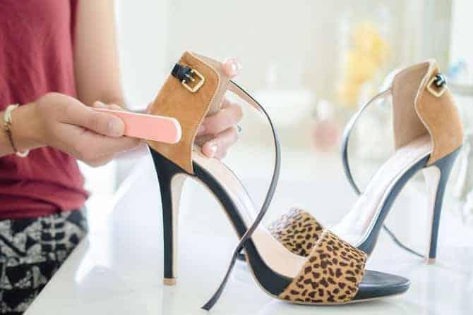 Nettoyer chaussures de suède avec lime à ongles