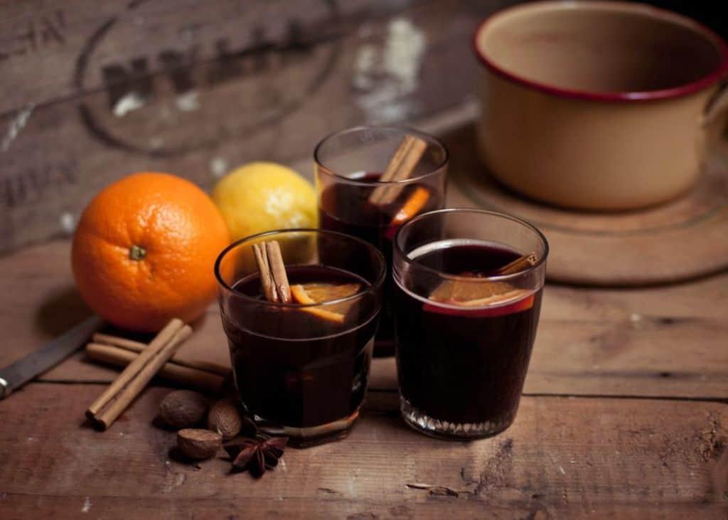 Vinho quente com suco de laranja