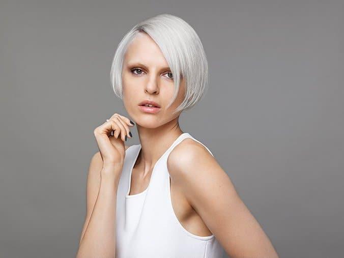 Hiusten värjääminen tummasta vaaleaksi
