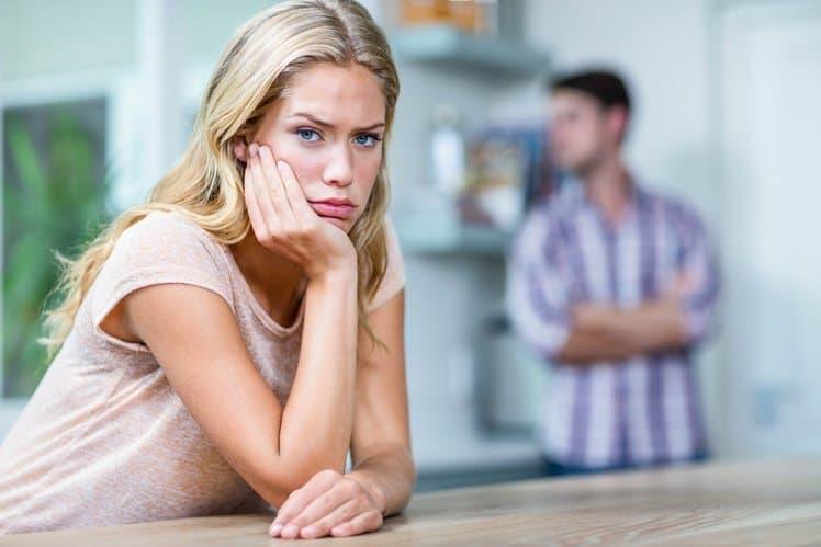 Женщина с озабоченным стилем привязанности переполнена ревностью.