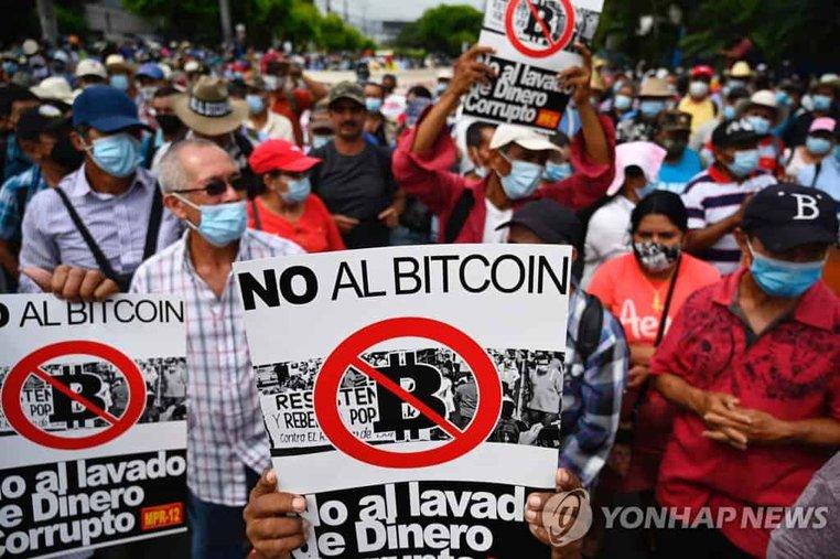 Những người phản đối Bitcoin ở El Salvador. Hình ảnh: Yonhap News