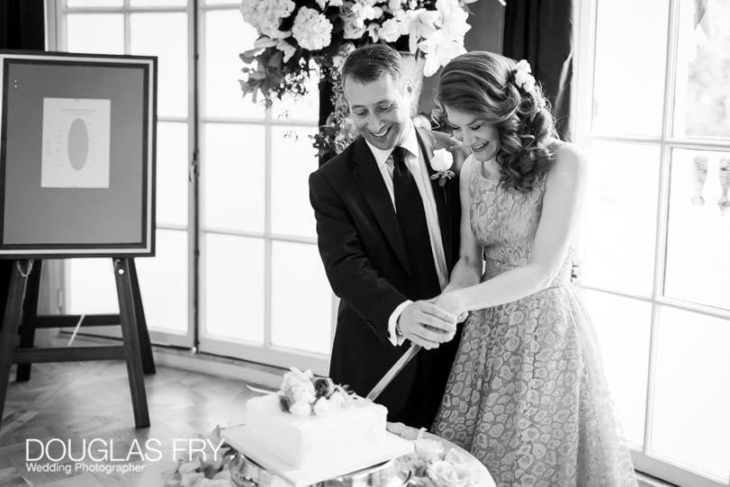 Wedding Photographer Mandarin Oriental Hotel - cutting the wedding cake